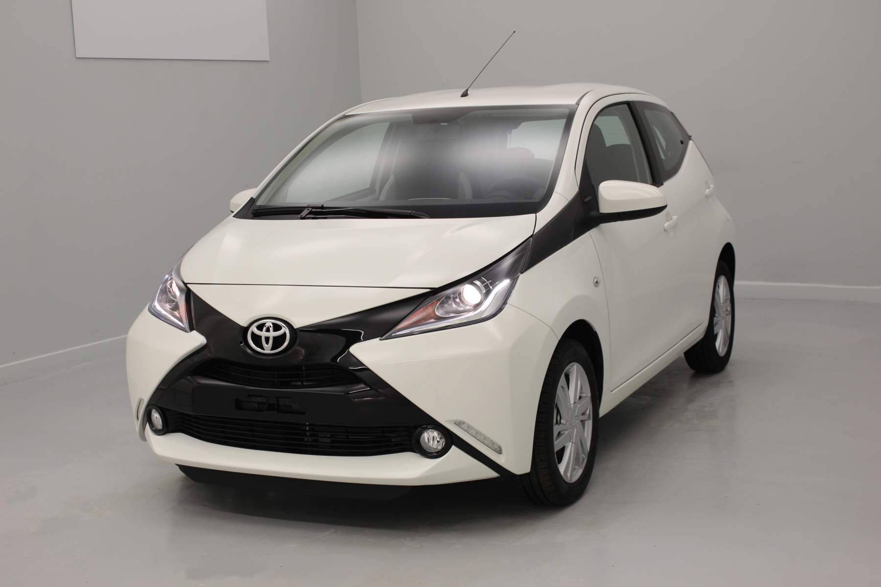 TOYOTA Aygo 1.0 VVT-i x-play Blanc Pur + x-touch + x-light + Jantes alliage 15' avec options