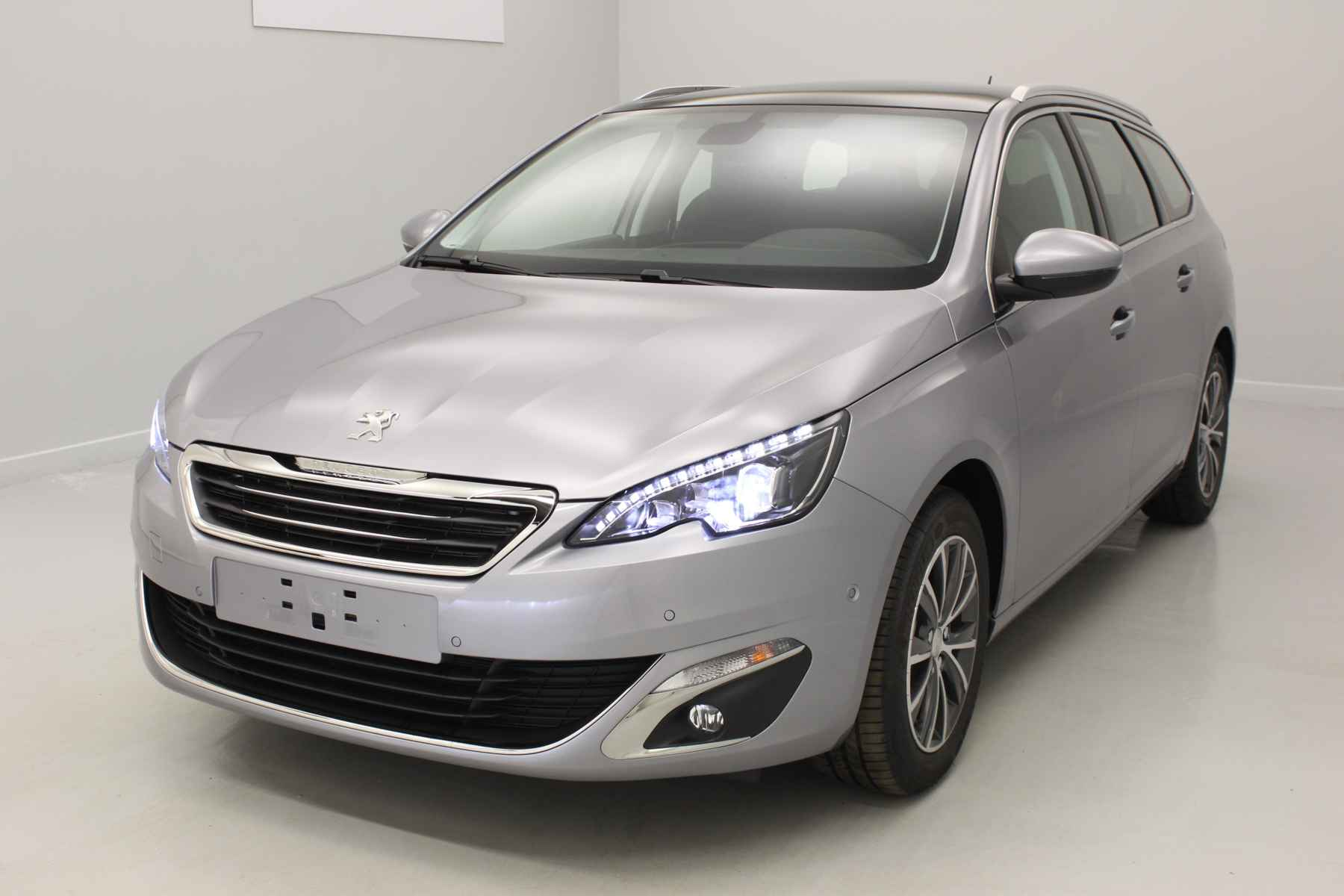 PEUGEOT 308 SW 1.6 BlueHDi 120ch S&S BVM6 Allure Gris Artense + Toit panoramique + Sièges avant chauffants avec options