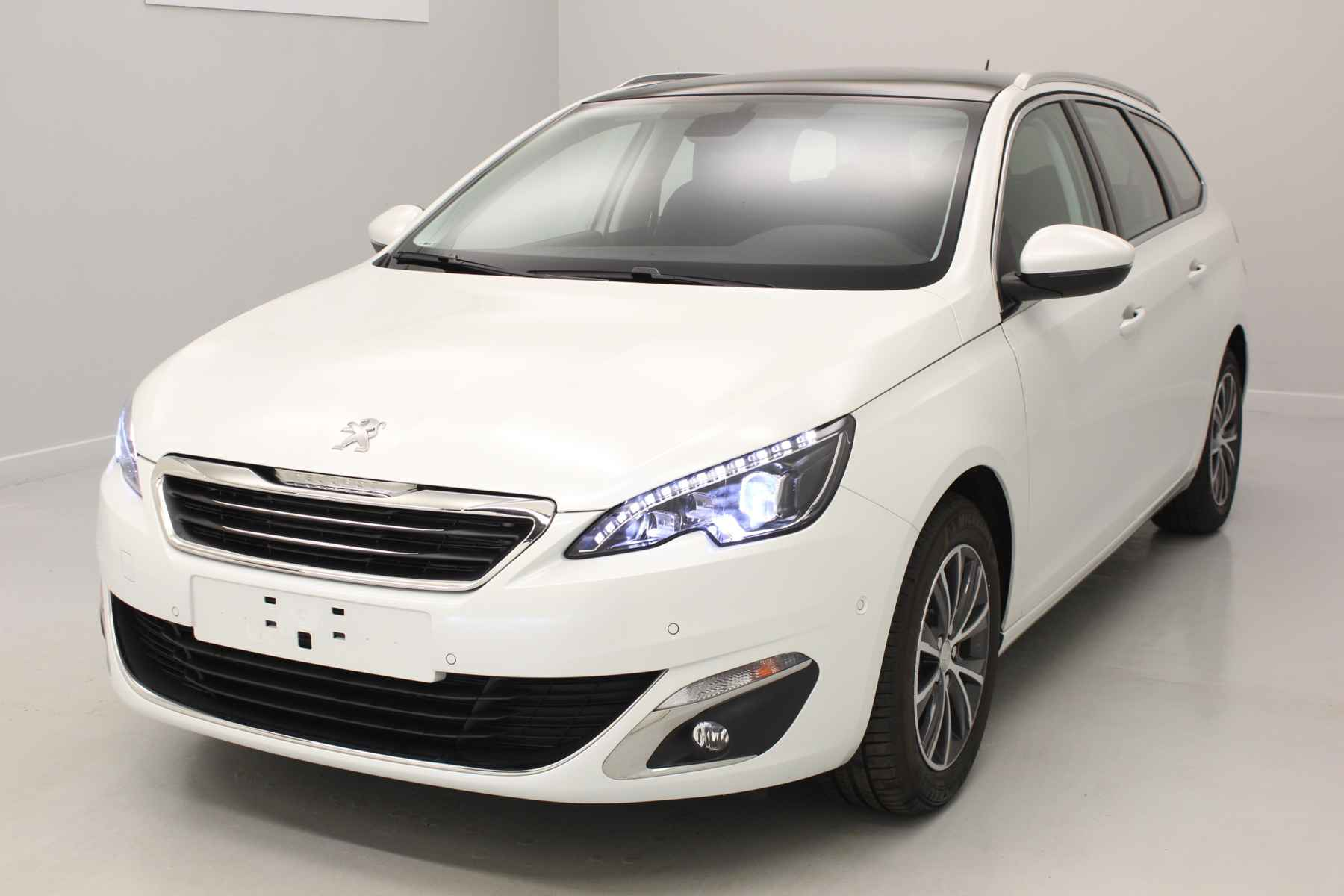 PEUGEOT 308 SW 1.6 BlueHDi 120ch S&S BVM6 Allure Blanc Nacré + Toit panoramique + Sièges avant chauffants avec options